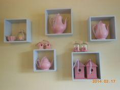 oude theepotten aan de muur