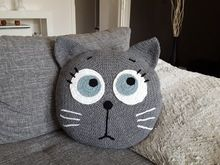 Häkelanleitung Kissen Tierkissen launische Katze The pillow with the motzig-moody cat is not only soft + cuddly, but indispensable. Try it out with the crochet. Crochet Cross, Crochet Home, Crochet For Kids, Crochet Baby, Cat Crochet, Crochet Pillow Pattern, Crochet Cushions, Baby Knitting Patterns, Crochet Patterns