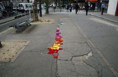 Trabalho da artista Juliana Santacruz Herrera, que usa as ruas de Paris como suporte para intervenções bastante coloridas, feitas diretamente sobre o asfalto – ou melhor, sobre as rachaduras nele existentes.    http://www.designdobom.com.br/2011/04/arte-nas-ruas-literalmente.html#