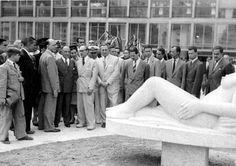 O presidente Getúlio Vargas, o ministro Gustavo Capanema e outros por ocasião da solenidade de inauguração do prédio do Ministério da Educação e Saúde, 1945. Rio de Janeiro (RJ). (CPDOC / GC foto 328/21)