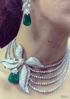 Esmeralda y Diamantes.      Simplemente hermoso.