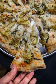 Creamy Artichoke Pizza http://www.shutterbean.com/2017/creamy-artichoke-pizza/