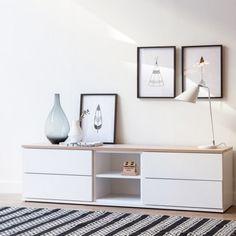Mueble de tv de estilo nórdico, formado por cuatro cajones y dos huecos para los aparatos electrónicos. Acabado en blanco mate y tapa superior en roble natural.