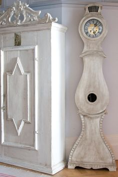 Gustavian Style - A Higher End looking Swedish style (vs Scandinavian Country Style) Swedish Interior Design, Swedish Decor, Swedish Interiors, Swedish Style, Scandinavian Style, Painted Furniture, Home Furniture, Antique Armoire, Antique Clocks