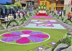 La Sacramental de San Juan en Cué, con Las Alfombras de Flores y la gran cohetada, donde cada bando del pueblo compite cada año para ser el mejor.