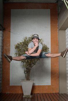 O dançarino e ator Ghilherme Lobo, 19, em estúdio de balé na Vila Madalena