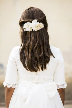 Pasador de dos flores de tela Flower Girl Hairstyles, Pretty Hairstyles, Communion Hairstyles, First Communion Dresses, Le Jolie, One Hair, Bridesmaid Hair, Hair Makeup, Hair Cuts