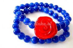 Blauwe armbanden met rood roosje. Tikkelte retro.
