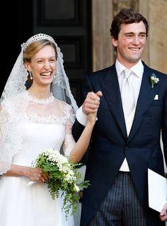 Công chúa Elisabetta Maria Rosboch von Wolkenstein - con gái duy nhất của Hoàng tộc Italy đã kết hôn cùng Hoàng tử Amedeo của Bỉ. Hôn lễ diễn ra vào 7/2014. Vì thời tiết ấm áp nên cô dâu chọn cho mình chiếc váy cưới ren kết cùng bó hoa cưới kiểu thác đổ nhẹ. Hoa màu trắng tinh khiết, kích thước nhỏ nhắn và được kết hợp cùng với những cành lá mềm rủ, phù hợp với phong cách nhẹ nhàng của cô dâu.