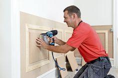Vi viser dig, hvordan du bygger høje paneler. Der er mange gode grunde til at rejse høje paneler til vægge. De beskytter fx væggen og skjuler ledninger. Men først og fremmest, synes vi, at de er utrolig flotte. Ideal Home, Wall Colors, Interior And Exterior, Home Furnishings, Building A House, Decoration, Dyi, House Styles, Inspiration
