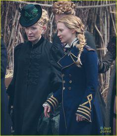 Alice (Mia Wasikowka)  através do espelho, filme, casaco azul. Veja o post com mais figurinos.