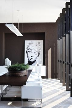 LOV E THIS - stunning - rich coffee bean brown dining room with white accents - Guilherme Torres, Brasil Love the doors