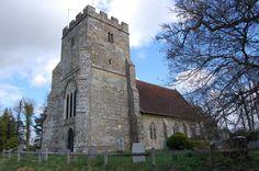 Hierhin führt der Queen's Walk, zur Kirche St Michael and All Angels in Little…