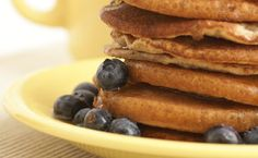 Whole-wheat Banana Pancakes. The perfect weekend pancake: moist, fluffy, flavourful. Whole-wheat never tasted so good. Yummy Eats, Yummy Food, Epicure Recipes, Dairy Free Pancakes, Banana Pancakes, Galette, Calories, Different Recipes, Breakfast Recipes