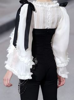 Chanel s/s 2009.  I would wear the hell out of that.  Every single day.      Love it Besuche unseren Shop, wenn es nicht unbedingt Chanel sein muss.... ;-)
