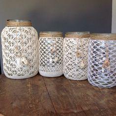 Afbeeldingsresultaat voor como hacer un portavelas a crochet Macrame Wall Hanging Diy, Macrame Plant Hangers, Mason Jar Crafts, Mason Jar Diy, Lace Jars, Crochet Jar Covers, Crochet Ball, Crochet Triangle, Crochet Home Decor