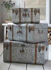 La valise du Nouvel arrivant: www. Find out about the town, learn about the various areas, districts, etc. -Vintage Style Zinc Trunks - S M L Old Trunks, Vintage Trunks, Trunks And Chests, Antique Trunks, Vintage Suitcases, Vintage Luggage, Vintage Decor, Retro Vintage, Vintage Style