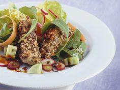 Kürbiskern-Fischstäbchen mit Salat | Zeit: 45 Min. | http://eatsmarter.de/rezepte/kuerbiskern-fischstaebchen-mit-salat