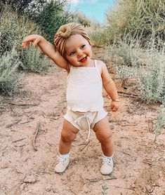 Chic Baby, Cute Baby Girl, Cute Babies, Baby Kids, Foto Baby, Cute Baby Pictures, Baby Family, Cute Baby Clothes, Baby Girl Fashion
