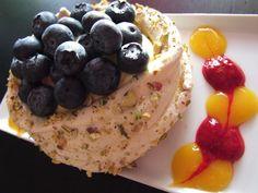 Pistasj-Pavlova med bringebær- og pasjonsfruktcoulis
