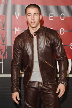 Men and Leather - jobrosnews: Nick Jonas attends the 2015 MTV. Jonas Brothers, Cute Presents For Boyfriend, Nick Jonas Pictures, Leather Men, Leather Jacket, Hipster Man, Vogue, Gay, Cute Guys