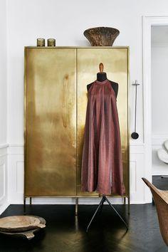 brass armoire (Det gylne metallet som en rød tråd)