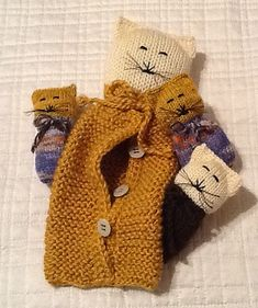 Ravelry: SOHO Momma Cat and Her Baby Kittens pattern by Judithmarieknits Knitted Doll Patterns, Knitted Dolls, Knitting Patterns, Crochet Patterns, Knitted Cat, Knitted Animals, Tilda Toy, Purl Bee, Holiday Crochet