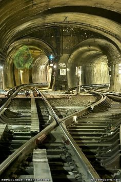 This is a picture of Paris Metro Tunnels. Otherwise known as la voie.