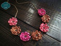 Купить Колье с цветами из полимерной глины розовое - розовый, бронзовый, медный, винтаж, винтажное колье Polymer Clay Jewelry, Pendant Necklace, Collar Pin, Flowers, Clay Ideas, Handmade, Pasta, Cold, Hand Made