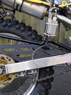 Homemade dirt bike chain oiler constructed from a tube, rubber cap, plastic drip bottle, and vinyl tubing. Garage House, Dream Garage, Homemade Motorcycle, Shed Organization, Bike Chain, Homemade Tools, Garage Workshop, Engineering, Dirt Bikes