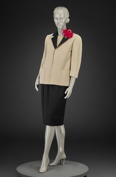 1961-1962, America - Suit by Norman Norell - Wool jersey, silk, leather belt