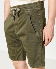 Close up of details Men Trousers, Denim Jeans Men, Junior, Mode Hijab, Denim Fashion, Boy Outfits, Bermuda Shorts, Menswear, Khakis