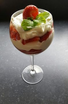 Aardbeientoetje in een glas – RECEPT – Burgertrutjes Strawberry dessert with greek yogurt, whipped cream and fresh strawberries. Easy dessert, strawberry dessert in a glass, strawberries Desserts In A Glass, Köstliche Desserts, Delicious Desserts, Dessert Recipes, Yummy Food, Greek Yogurt Dessert, Tapas, Strawberry Desserts, Brunch
