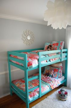 love the colour of the bed!!