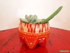 planter from soda bottle Crafts To Make, Easy Crafts, Easy Diy, Arts And Crafts, Plastic Bottle Planter, Plastic Bottle Crafts, Plastic Craft, Plastic Bottles, Painted Tin Cans