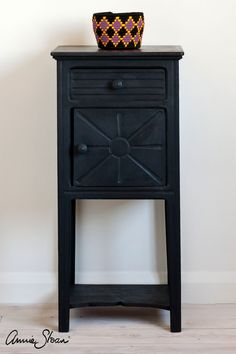 Athenian Black is a true black inspired by Ancient Greek pottery in the Chalk Paint® palette. Annie Sloan first developed her signature range of furniture paint in calling it 'Chalk Paint' because of this furniture paint's velvety, matte finish. Colorful Furniture, Painted Furniture, White Chalk, Painted Doors, Black Side Table, Chalk Paint Wax, Painted Table, Black Chalk Paint, Chalk