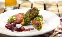 Kohlrouladen mit Rote-Beete Kartoffel Blini und Rotweinschalotten - vegan