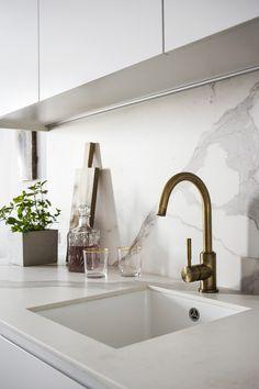Małe może być funkcjonalne, czyli mieszkanie 30 m2 na Powiślu [Wywiad] Kitchen Dining, Kitchen Decor, New Kitchen, Country Look, Corner House, Interior Decorating, Interior Design, Kitchen Cabinet Design, Humble Abode