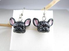 Süße kleine französische Bulldogge Ohrringe. Handgemacht mit Polymer Clay, misst jeder Welpe ca. 1,5 cm breit (von Ohr zu Ohr), 1,4 cm hoch