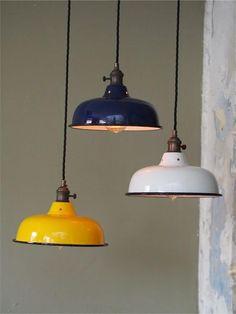 Envie d'utiliser le jaune dans votre déco ? Cliquez sur l'article et suivez le guide ! lampe industrielle | lampe jaune #lampeindustrielle #lampejaune