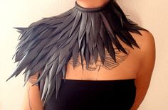 This collar is handmade with feathers of recycled inner tube and it has a corset closure, to be worn on the right shoulder. It's versatile and it can