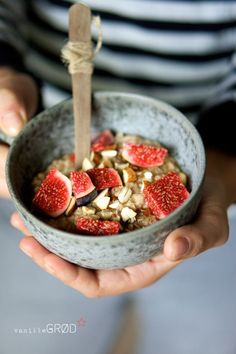 Oatmeal Porridge with Vanilla, Cinnamon, Almonds, Honey and Figs - Recipe