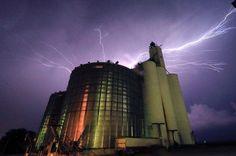 Foto mit Blitzlicht  (26.05.16)  Blitze sind am Himmel über einem Getreidesilo...