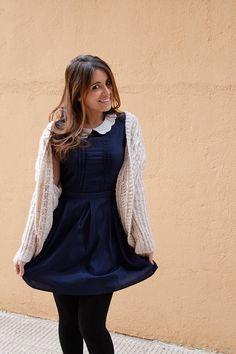 Viajando al pasado. Los #VestidosRetro son la prenda estrella de la #moda #vintage. Entraron en nuestra vida hace dos años, pero reconozco que empezaron a gustarme cuando se los veía puestos a Taylor Swift. Me encanta el toque lady y femenino que tiene. Y lo que más me gusta de él es el #cuelloBebé en color blanco con el contraste del azul marino. #ElRinconDeModa #erdm
