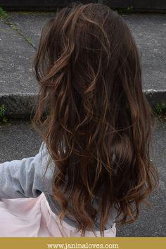 Lange braune Haare. Welliges Haar. Brünette lange Haare. Locken mit leichten Caramel Strähnen. Natürliche Haarmähne. Mädchen mit langen schokobraunem Haar.
