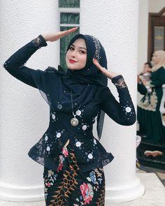 #Syima_eima #muslimahfashion #Malaysian Mana awak ??? Tak nampak pun 🤷🏻♀️ Kebaya Dress, Batik Kebaya, Beautiful Muslim Women, Beautiful Hijab, Hijab Fashion, Fashion Dresses, Hijab Collection, Muslim Beauty, Kebaya Muslim