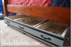 Make your own under bed storage drawers from vintage drawers. All you need is some vintage drawers, fiberboard and casters.
