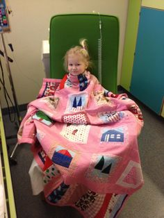 De ziekenhuisdekens mochten niet meer op haar bed komen hahaha. Ook thuis geniet ze nog steeds van haar deken. In het ziekenhuis gaf de deken haar vooral een gevoel van veiligheid. En dat is erg belangrijk in moeilijke tijden. Nu we weer thuis zijn helpt het met verwerken. We willen jullie enorm bedanken en we hopen dat jullie in de toekomst nog heel veel sterke kindjes een prachtige droomdeken kunnen geven om ze te steunen en mooie dromen toe te sturen! Geweldig goed initiatief!