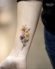 25 Delicate Small Flower Wrist Placement Tattoo Unique Ideas For Woman - 25 Del. - 25 Delicate Small Flower Wrist Placement Tattoo Unique Ideas For Woman – 25 Delicate Small Flowe - Daffodil Flower Tattoos, Little Flower Tattoos, Colorful Flower Tattoo, Flower Tattoo Designs, Tattoo Platzierung, Flor Tattoo, Tattoo Trend, Tattoo Ideas, Unique Tattoos