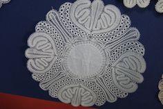 Hinojosa, ph/b Angel Estevez, from trobade de puntaires-Arenys de Mar-Barcelona, Lace Braid, Lacemaking, Lace Patterns, Bobbin Lace, String Art, Crochet Lace, Iris, Stitch, Facebook